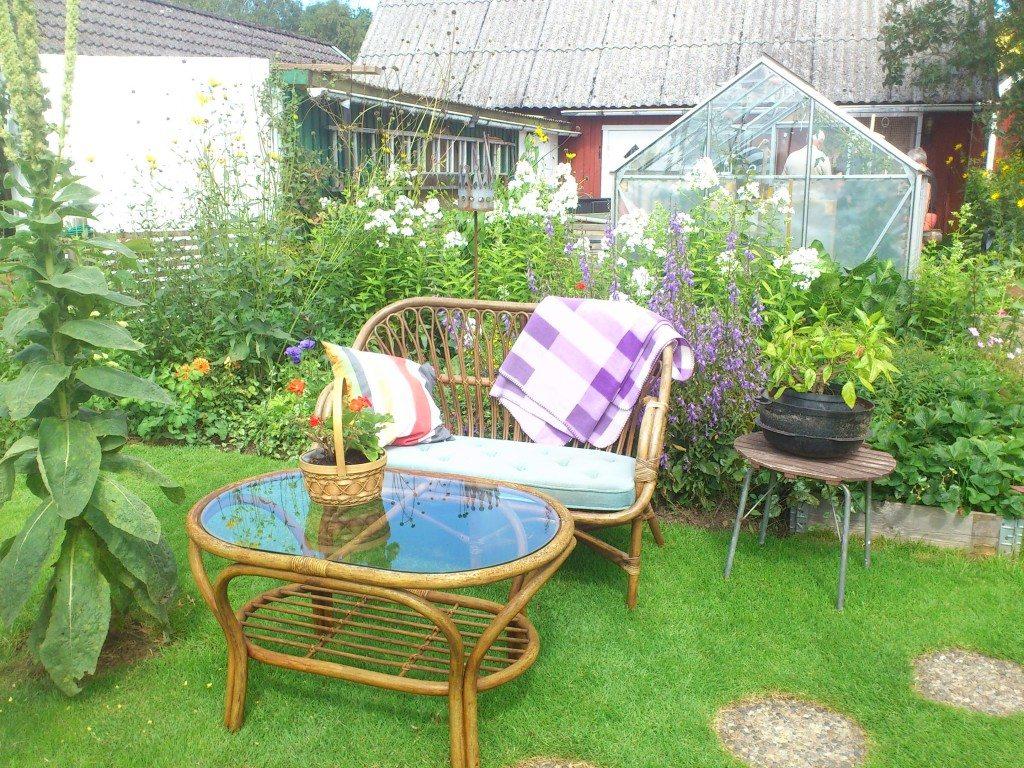 Fikaplats mitt i trädgården