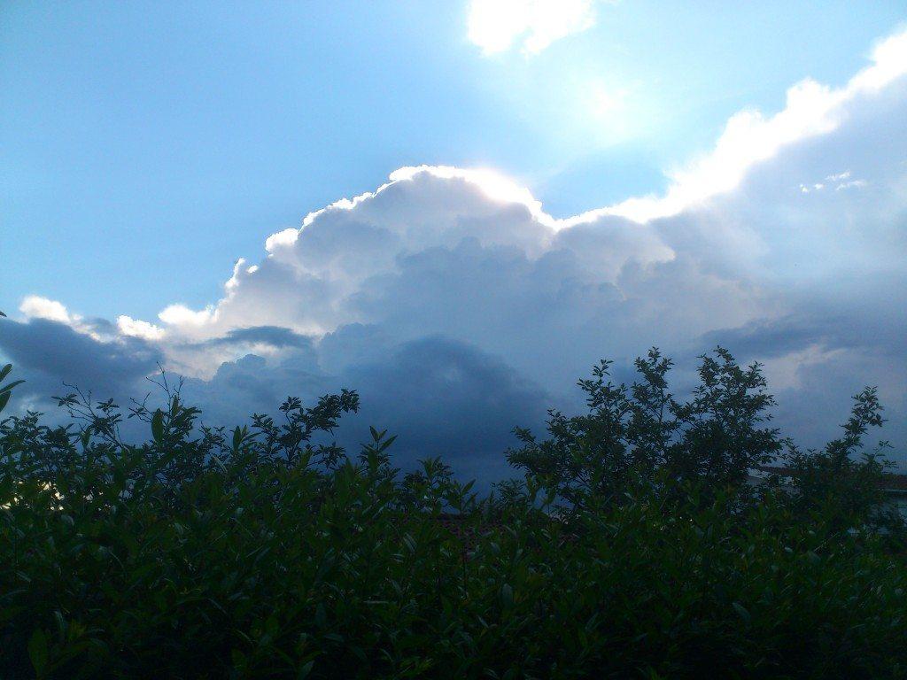 blå vit svart himmel