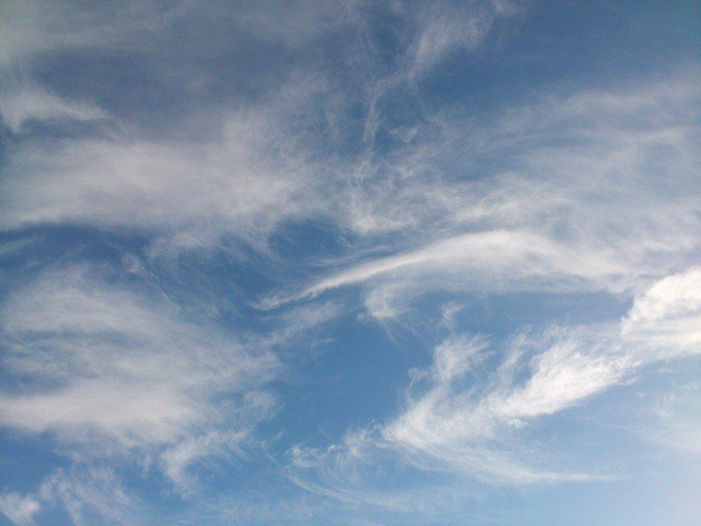 blå himmel med slöjmoln